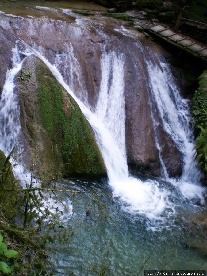 Один из 33 водопадов в долине реки Шахе
