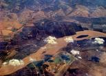 Исток Хуанхэ расположен вблизи восточного края Юйшу-Тибетского автономного округа. Источник — два озера Гуарин и Нгорин на западной окраине префектуры Голога, расположенные высоко в горах Баян Хар в провинции Цинхай на крайнем западе Китая. Вдоль границы с провинцией Ганьсу, Хуанхэ петляет по северо-западу и северо-востоку, поворачивает на юг, к Ордосу, а затем поток идет на восток через северный Китай. Бассейн служит для около 140 миллионов человек питьевой водой и водой для орошения.  Реку обычно делят на три части. Это северо-восток Тибетского нагорья, петли Ордос и Великая Китайская равнина.
