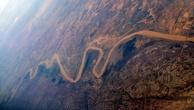 Хуанхэ берёт начало в восточной части Тибетского нагорья на высоте свыше 4000 м, протекает через озёра Орин-Нур и Джарин-Нур, отроги горных массивов Куньлунь и Наньшань. При пересечении Ордоса и Лёссового плато в своём среднем течении образует большую излучину, далее через ущелья Шаньсийских гор выходит на Великую Китайскую равнину, по которой течёт около 700 км до впадения в Бохайский залив Жёлтого моря, формируя в районе впадения дельту. По разным данным длина реки от 4670 км до 5464 км, а площадь её бассейна от 745 тыс. км² до 771 тыс. км².  Средний расход воды в реке составляет приблизительно 2000 м³ в секунду. Река обладает муссонным режимом при летнем половодье с подъёмом уровня воды до 5 м на равнинах и до 20 м в горах.