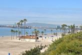 Пальмы растут вокруг парковки, а потом резко прекращают, и начинается собственно пляж