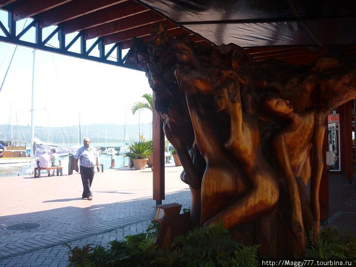 Вот такая скульптура из тикового дерева украшает вход в нее. Тиковое дерево в Найсне вообще очень популярно — насколько я поняла, в окрестных горах его много