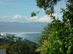 Сам курортный городишко в значительной расположен на склоне горы, спускающемуся к океану. Домов на самом побережье немного.