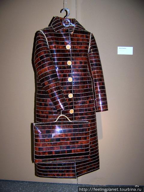 Пальто и саквояж из проявленных фотопленок