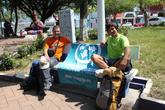 Валерий Шанин и Олег Семичев в мексиканском городке Эмилиано Сапата, с флагом Турбины