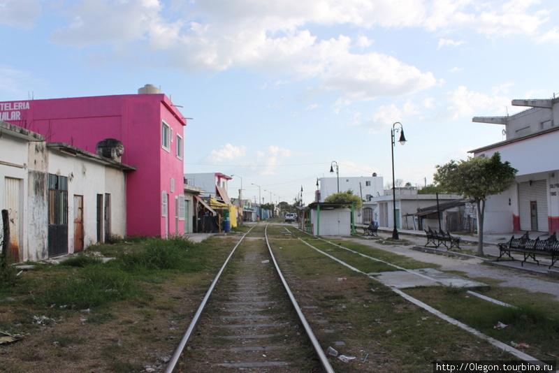 Железная дорога заросла травой, поезда в Эскарсеге больше не ходят Эскарсега, Мексика
