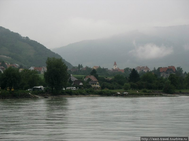 Вид на деревню на противоположном берегу реки