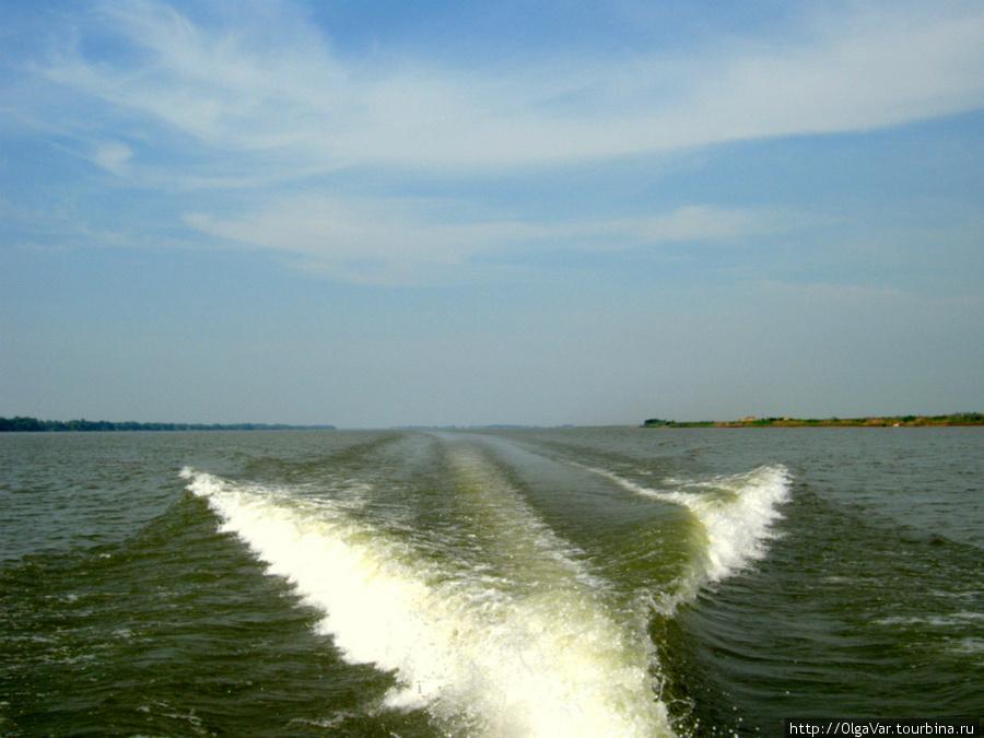 Наш катер, ускоряясь, покидает Камбоджу и устремляется во Вьетнам