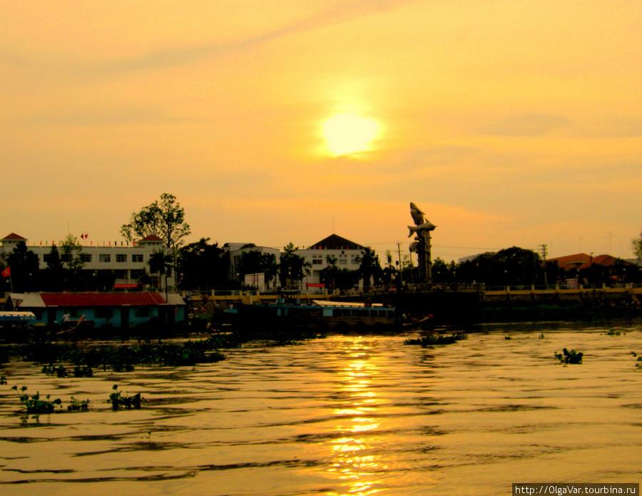 Тяудок — со стороны реки виднеется какой-то монумент в виде дельфина, а может, большой рыбы, которую когда-либо ловили местные рыбаки