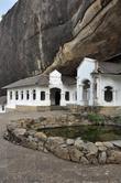 Здесь хорошо видно каменный массив, под которыми в свое время нашли убежище первые монахи, удалившиеся сюда для уединенных молитв.