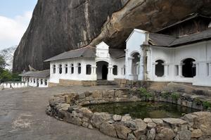 Как принято в буддистских храмах, во дворе Дамбуллы есть пруд. Обычно покрытый водными лилиями, в этот раз он казался чистым водным зеркалом ... Видно, у лилий и кувшинок