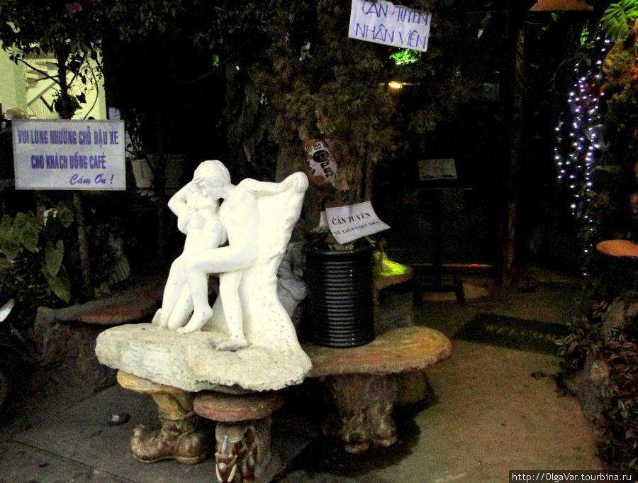 Такая интимная скульптура встречает вас с улицы. Можно присесть на скамейки и призадуматься, стоит ли входить