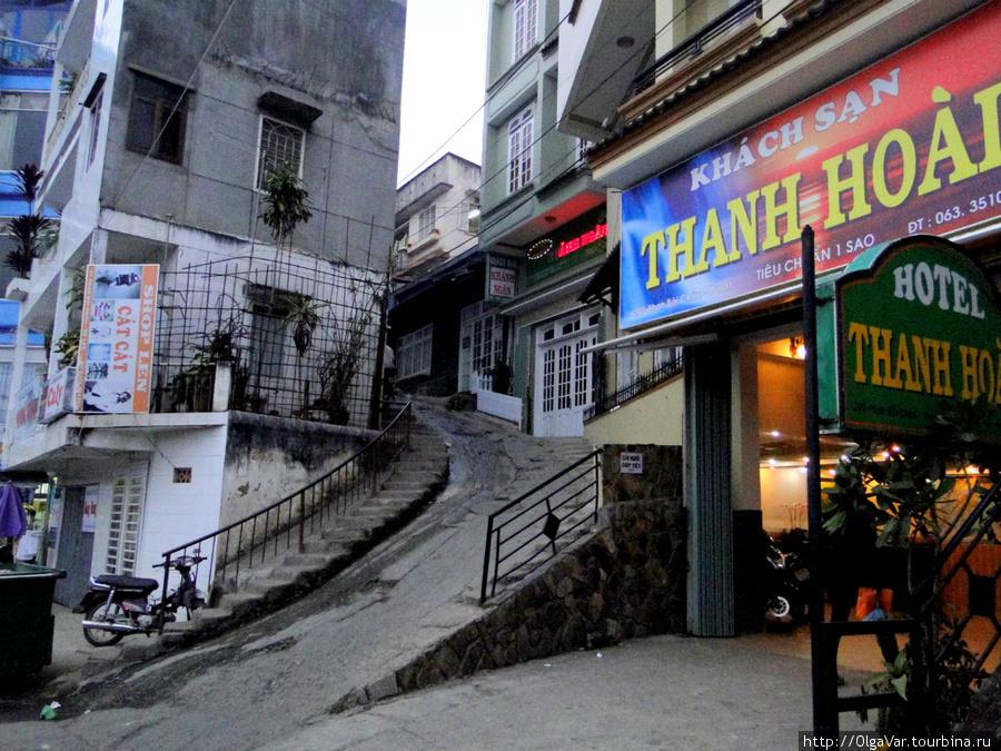 Это улица Phan Boi Chau. Там, где вывеска отеля, это дом №29, нужно пройти дальше, не поднимаясь вверх, и дойти до дома № 57