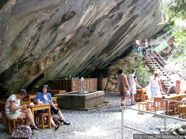 Кафе на полпути под сводами пещеры
