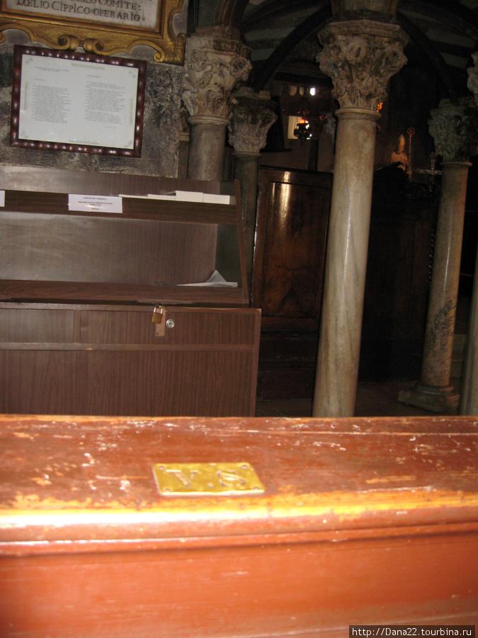 Кафедральный собор Святого Ловро. Места в церкви были именными и помечались инициалами.