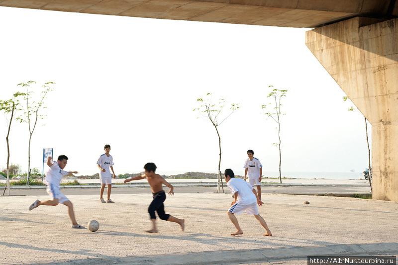 Джуниоры играют в футбол прямо под опорами моста. В городе есть одноимённый футбольный клуб, потому футбол здесь очень популярен.