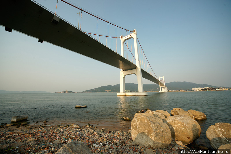 Гордость города — длиннющий вантовый мост, перекинувшийся через разлив устья реки Хан из старой части города в сторону порта на полуострове.
