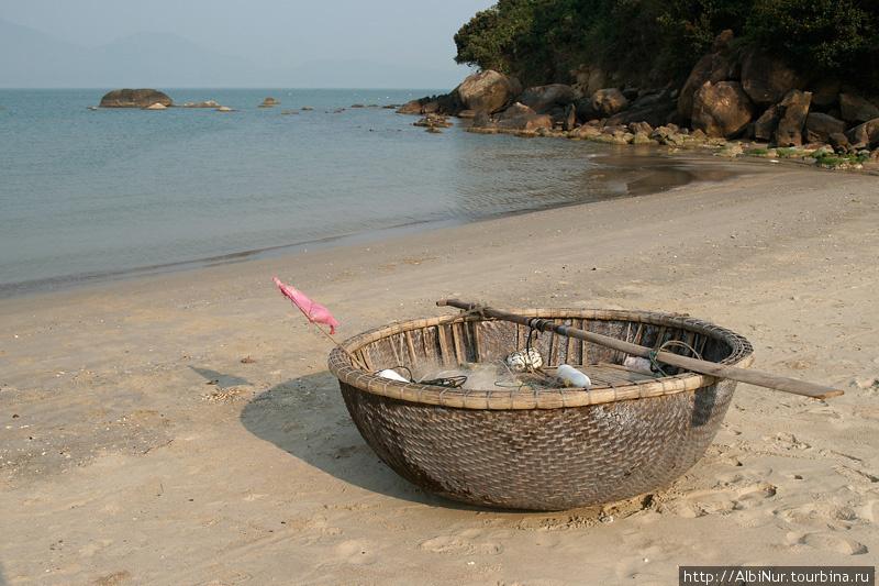 Удивительно, но вот на таких скорлупках вьетнамские рыбаки плавают вдоль берега, а иногда просто транспортируются, нагружаясь по несколько человек.