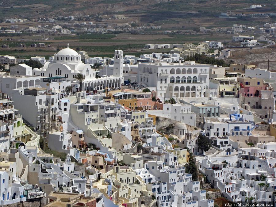 панорама столицы Фира, слева главный собор
