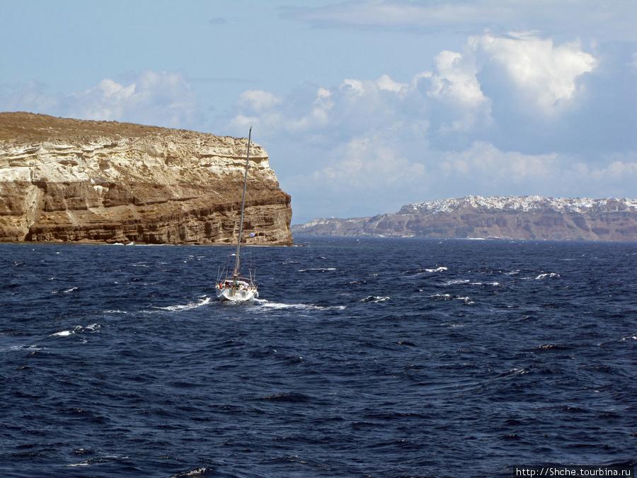 первый вид на Санторини, открывшийся с корабля. Идти еще почти час