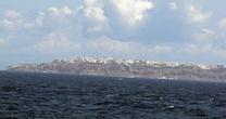 Остров Санторини. Слева вдали горд Ия, посередине столица Фира