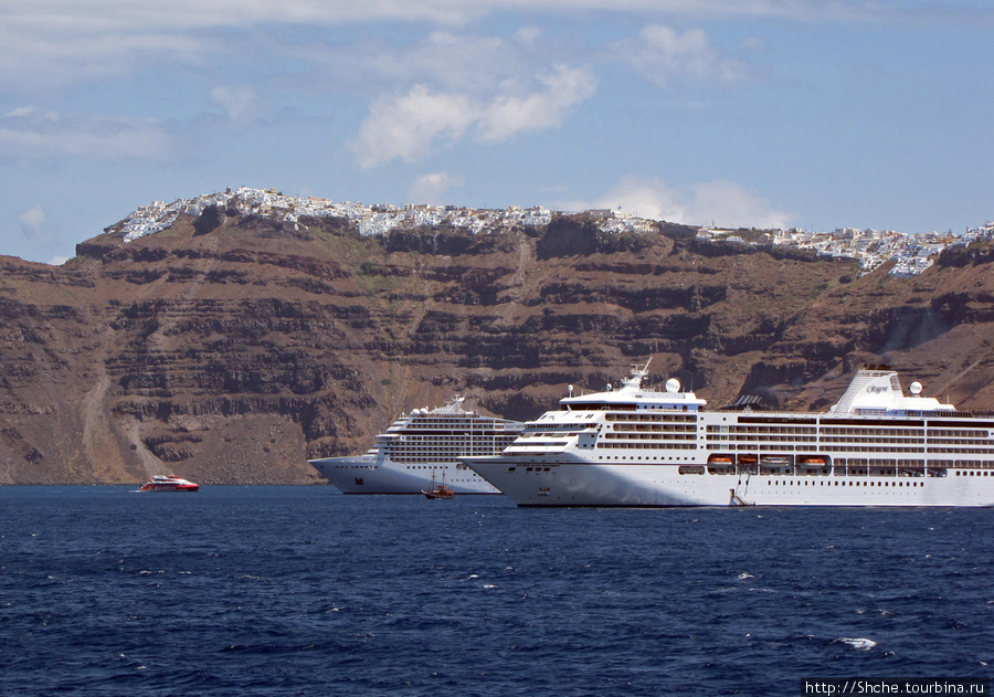 К Санторини заходит много круизных лайнеров