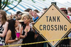Надпись на знаке означает, что в этом месте дорогу переходят танки;)