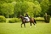 Он разогревает коня перед забегом