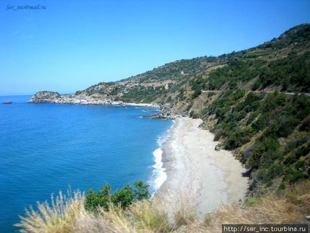 Дикий пляж с остатками порта Анемуриума