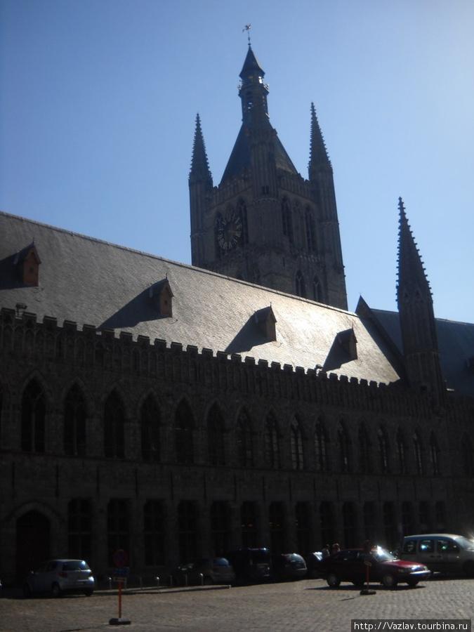 Боковой вид на здание и колокольню