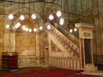 г. Каир, Египет. Мечеть Мехмет-Али в Цитадели. Сама мечеть тоже богато декорирована, стены покрыты алебастровыми панелями, за что мечеть получила прозвище «алебастровой». Созвездие подсвечников и круглых ламп освещает арабские письмена в стиле «тулут», украшенный золотом михраб и два минбара, один из которых отделан алебастром, а другой выполнен в довольно неожиданном здесь стиле «ар нуво»