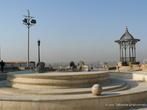 г. Каир, Египет. Цитадель. Цитадель знаменита также, смотровой площадкой, куда можно пройти через территорию музея полиции. Оттуда открывается замечательный вид на Каир. Город обычно подернут дымкой, но и за ней можно увидеть Каирскую башню, различить вдали великие пирамиды Гизы.