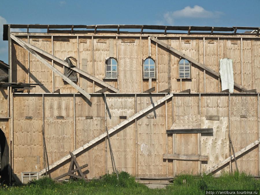 Дома на краю города с тыльной стороны не прорабатывались, в кадре они всегда фасадом, зато на месте появляется возможность лицезреть всю кинокухню изнутри. Сходня, Россия