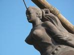 В роли ростры корабля выступает пышногрудая девица, распахнувшая всею себя на встречу волнам и ветрам )