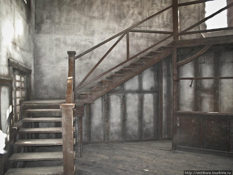 Внутри зданий почти нет предметов декора и мебели, зато в изобилии лестницы и минимальные предметы интерьера. Сходня, Россия