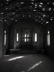 Церковь католическая, лавки увезли, говорят в том году они были и смотрелось все еще колоритнее. На окнах витражи. Не настоящие — раскрашенное стекло. Но если не вглядываться, то весьма натурально, как и все в этом городе.