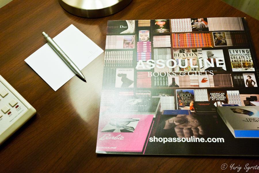 Натюрморт на письменном столе. Название журнала начинается смешно;)