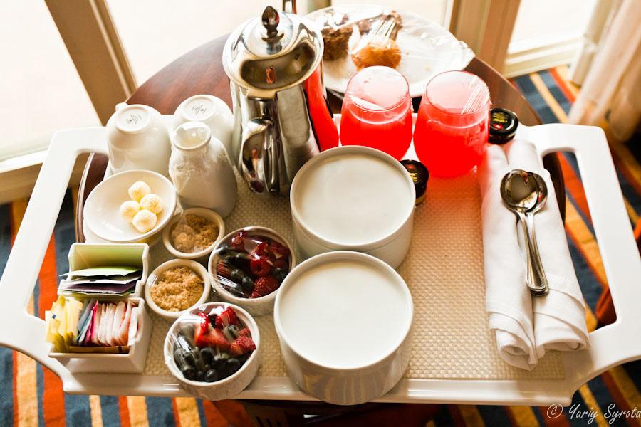 Если вас когда-нибудь интересовал вопрос, как выглядит завтрак в постель в Марриотте, вот ответ. У них много вариантов завтрака. Это тот, в котором не очень много вредного, вроде жаренного бекона. Если вас когда-нибудь интересовал вопрос, сколько такое удовольствие стоит, отвечаю — 40 баксов плюс тип чуваку, приносящему поднос. Который оказался очень весёлым парнем из Румынии;) Да, в тех белых штучках находится, что бы вы думал... — овсянка;)