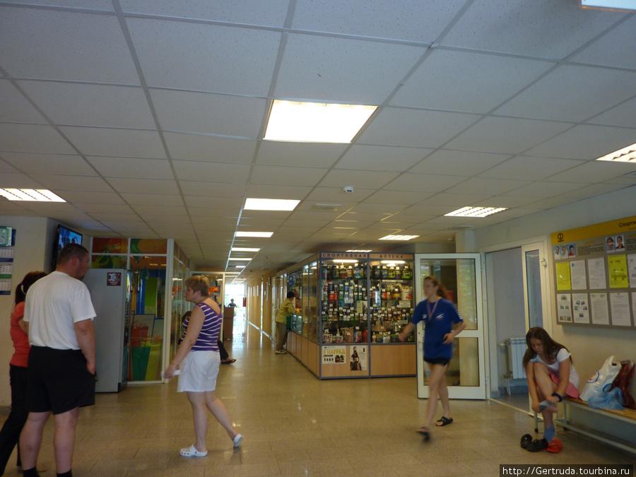 Холл в здании бассейна, справа  —  спортивная аптека.