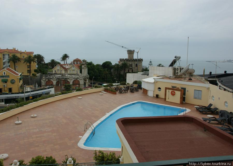 Так выглядит бассейн отеля. Вид из нашего окна.