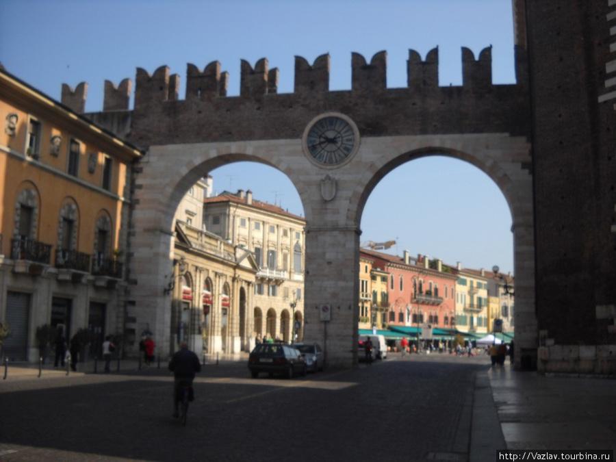 Вид на ворота со стороны новых кварталов; на заднем плане живописные здания пьяцца Бра