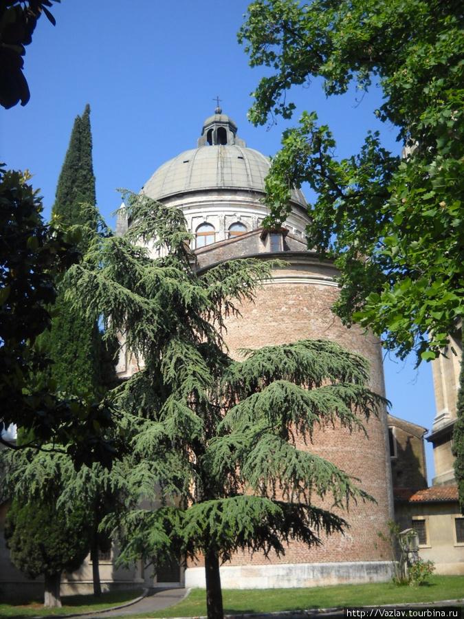 Вид на храм: купол явно отличается от основного здания