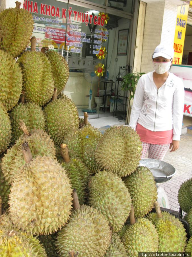 Дуриан — самый вкусный фрукт и в Хошимине тоже! Тётка-продавщица даже в маске, от запаха наверное