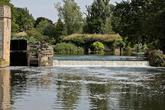 на изгибе реки Эйвон, с задней стороны крепости есть водяная мельница