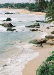 Валуны живописно украшают берег в полутора десятках километров к югу от Коломбо. Это дачный пригород Коломбо, а в эпоху британской колонии — резиденция губернатора Цейлона.