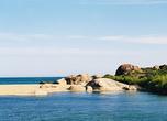Берег в гладких валунах — это лагуна на самом юге, в Яле.