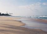 Коггала, юго-западное побережье. Здешний пляж считается одним из самых протяженных на острове, но и самым открытым всем ветрам.