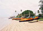 Как видно, в Велигаме штиль, правда, на берег, кроме пляжников претендуют местные рыбаки — здесь удобно ставить лодки...