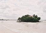 Этот остров заслуженно называют Райским, хоть он и доступен для простых смертных. Мы туда добрели по пояс в воде, как и эти рыбаки.