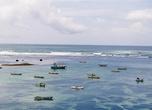 В ясную погоду вода в бухте Велигама — роскошный фон для разноцветных лодок-орув.