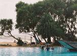 Девчоночки идти купаться в океан не отваживаются — им довольно и просторного бассейна в отеле Heritance в Ахунгале.